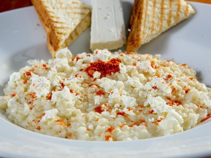 Grießsuppe mit Käse und Röstbrot